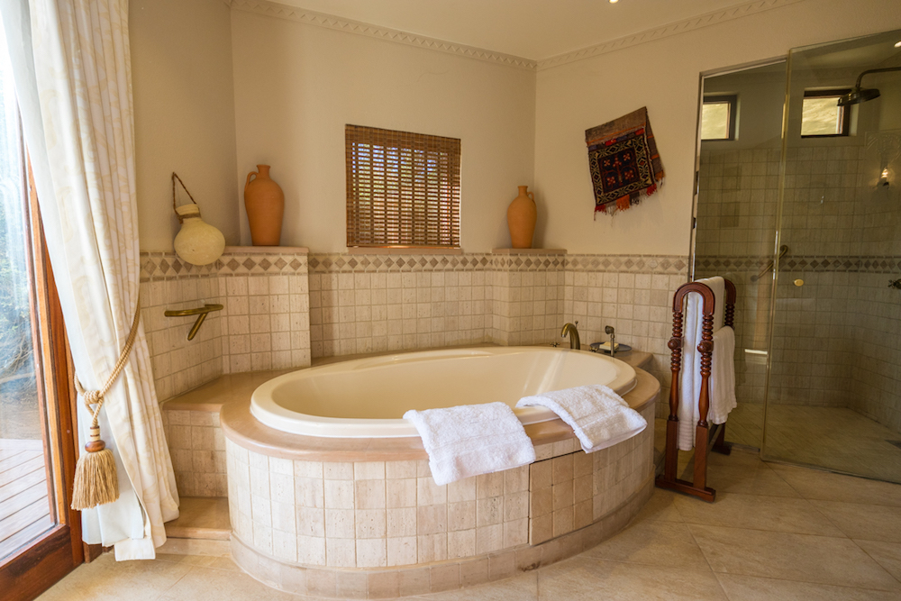 Al Maha, a Luxury Collection Desert Resort & Spa, Dubai - The Bedouin Suite bathtub