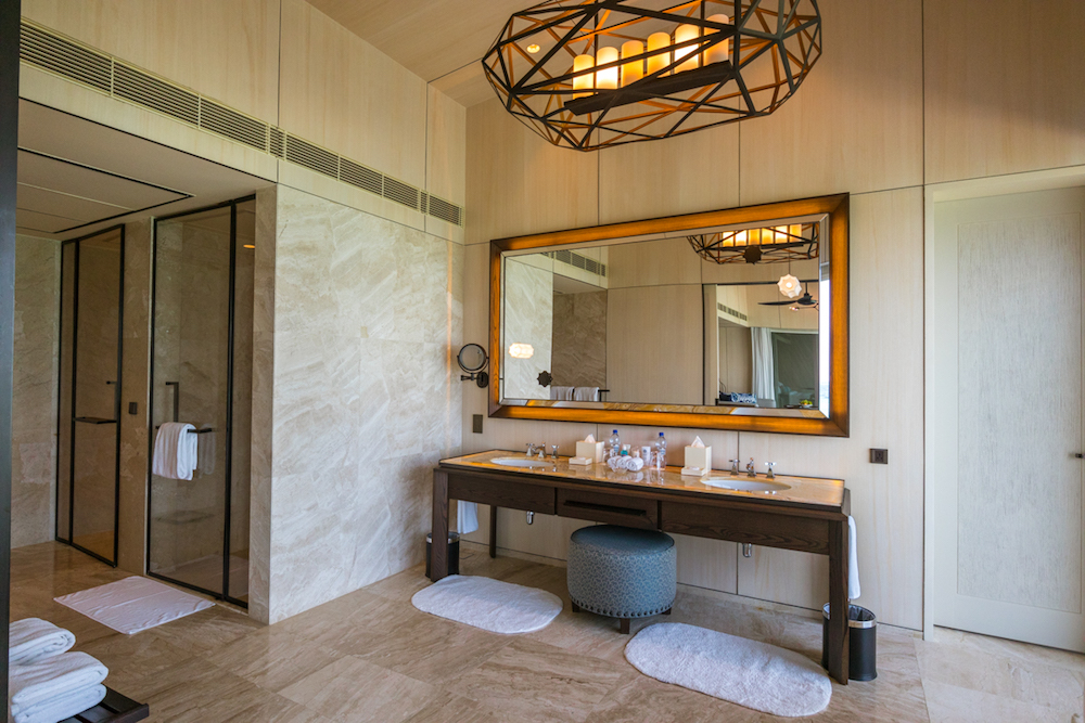 The St. Regis Maldives Vommuli Resort - Overwater Villa bathroom