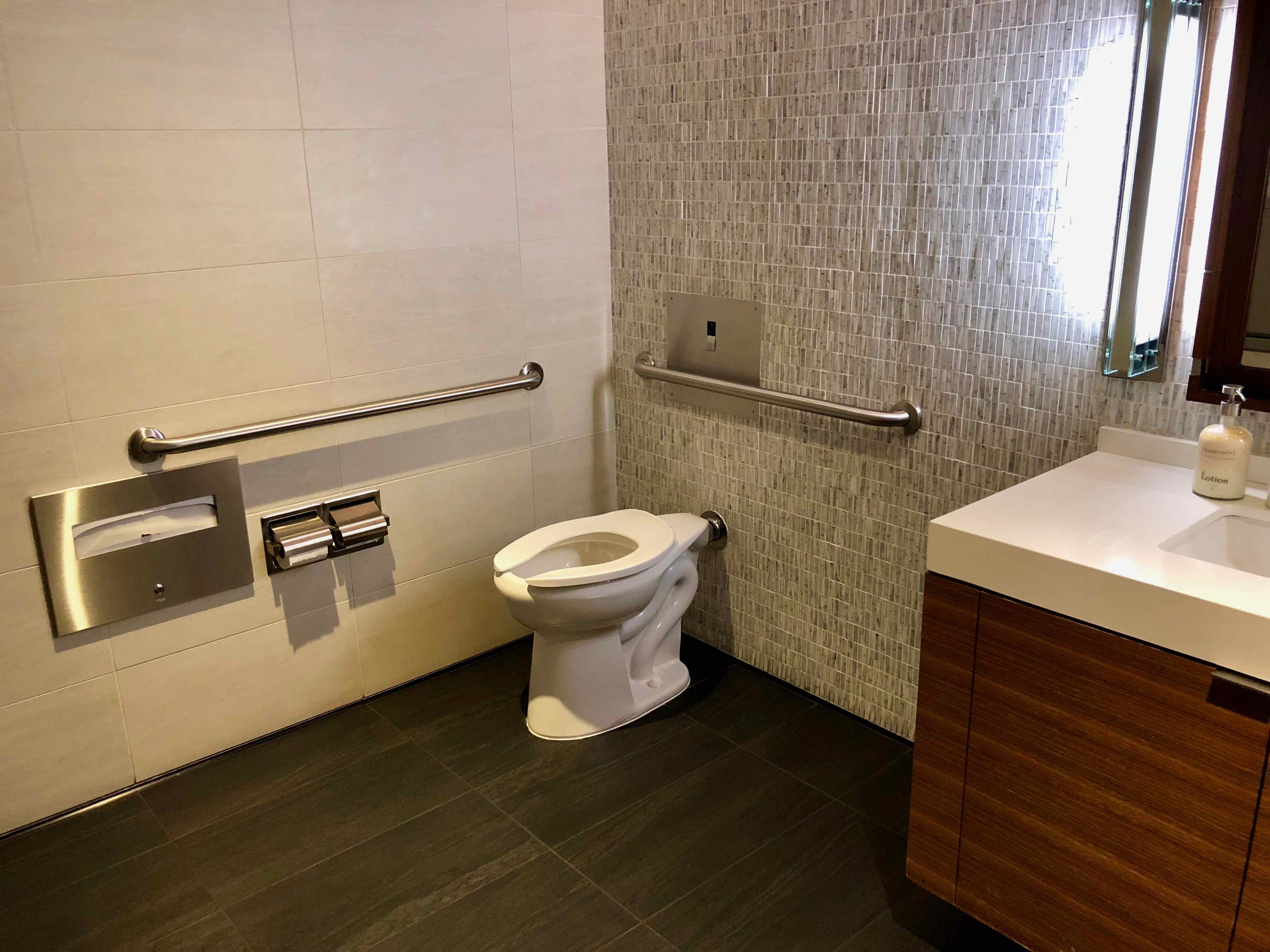 Star Alliance First Class LAX Lounge bathroom