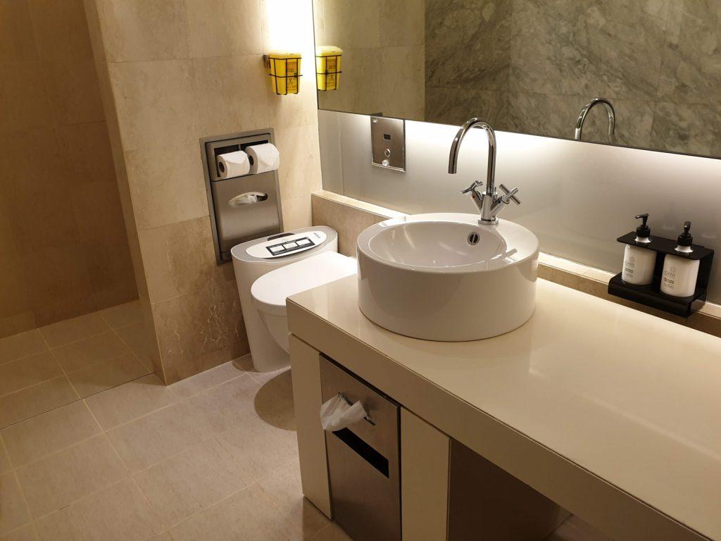 Qantas Singapore Lounge bathroom