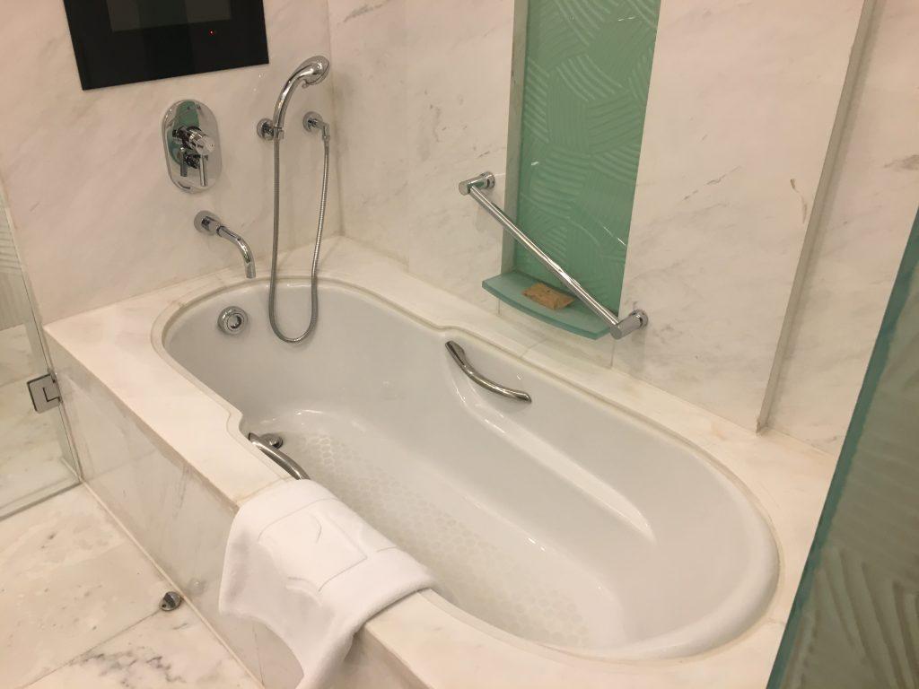 Shangri-La Pudong room bath tub